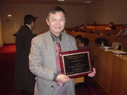 Dr. Yen Wei with his SEAM award.
